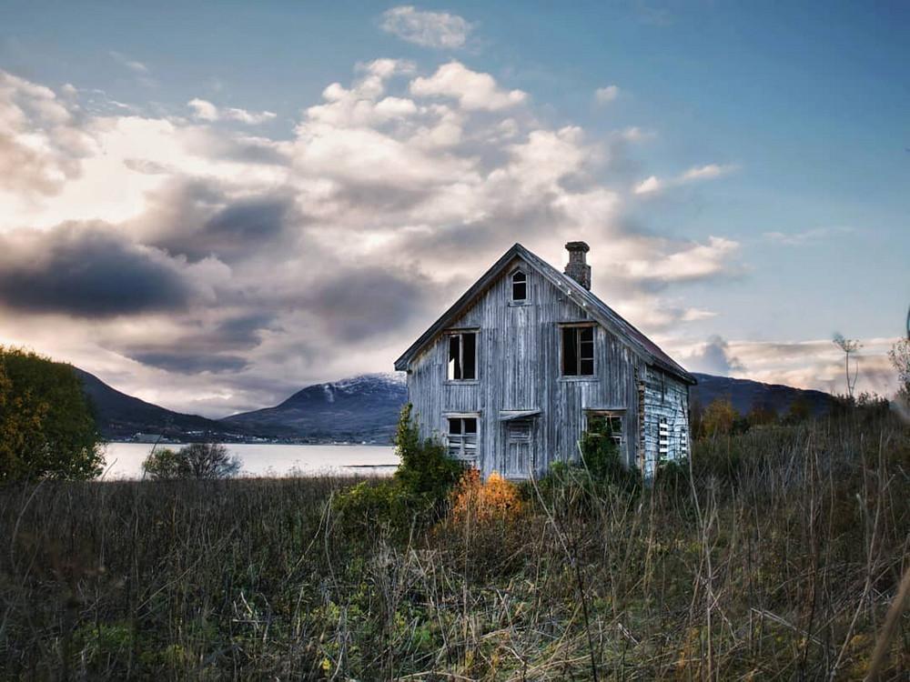 zabroshennye-udalennye-doma-za-severnym-polyarnym-krugom-fotograf-Britt-Mari-Bay 35