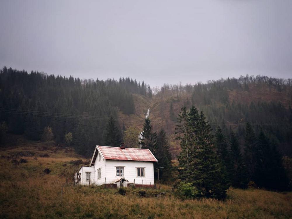 zabroshennye-udalennye-doma-za-severnym-polyarnym-krugom-fotograf-Britt-Mari-Bay 36