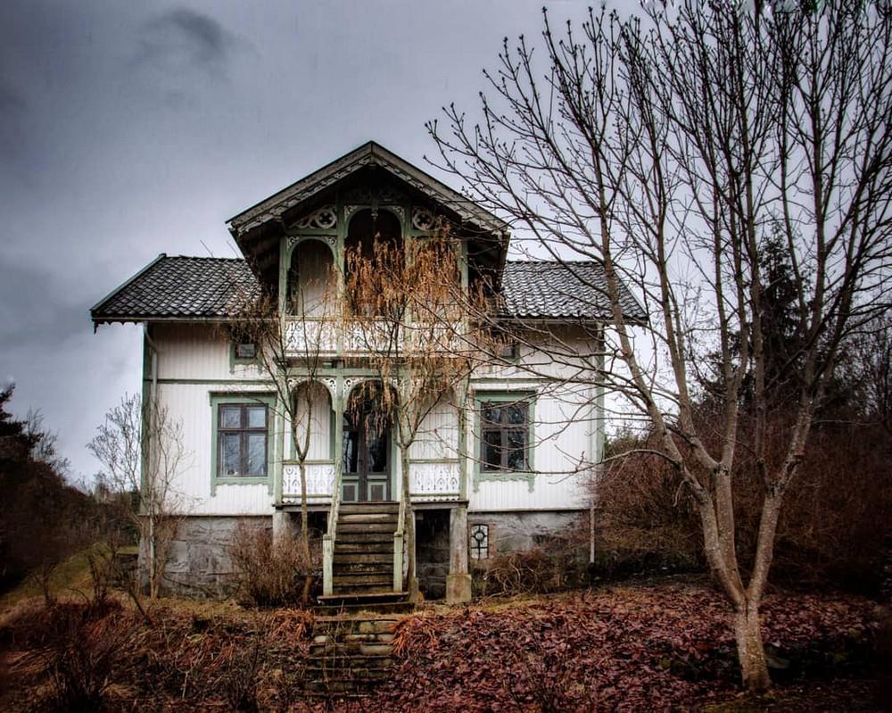 zabroshennye-udalennye-doma-za-severnym-polyarnym-krugom-fotograf-Britt-Mari-Bay 38