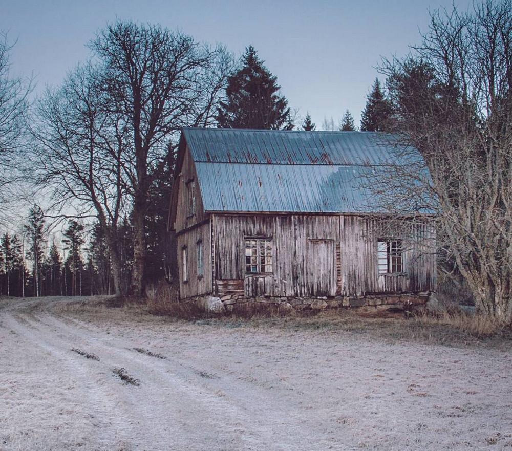 zabroshennye-udalennye-doma-za-severnym-polyarnym-krugom-fotograf-Britt-Mari-Bay 9