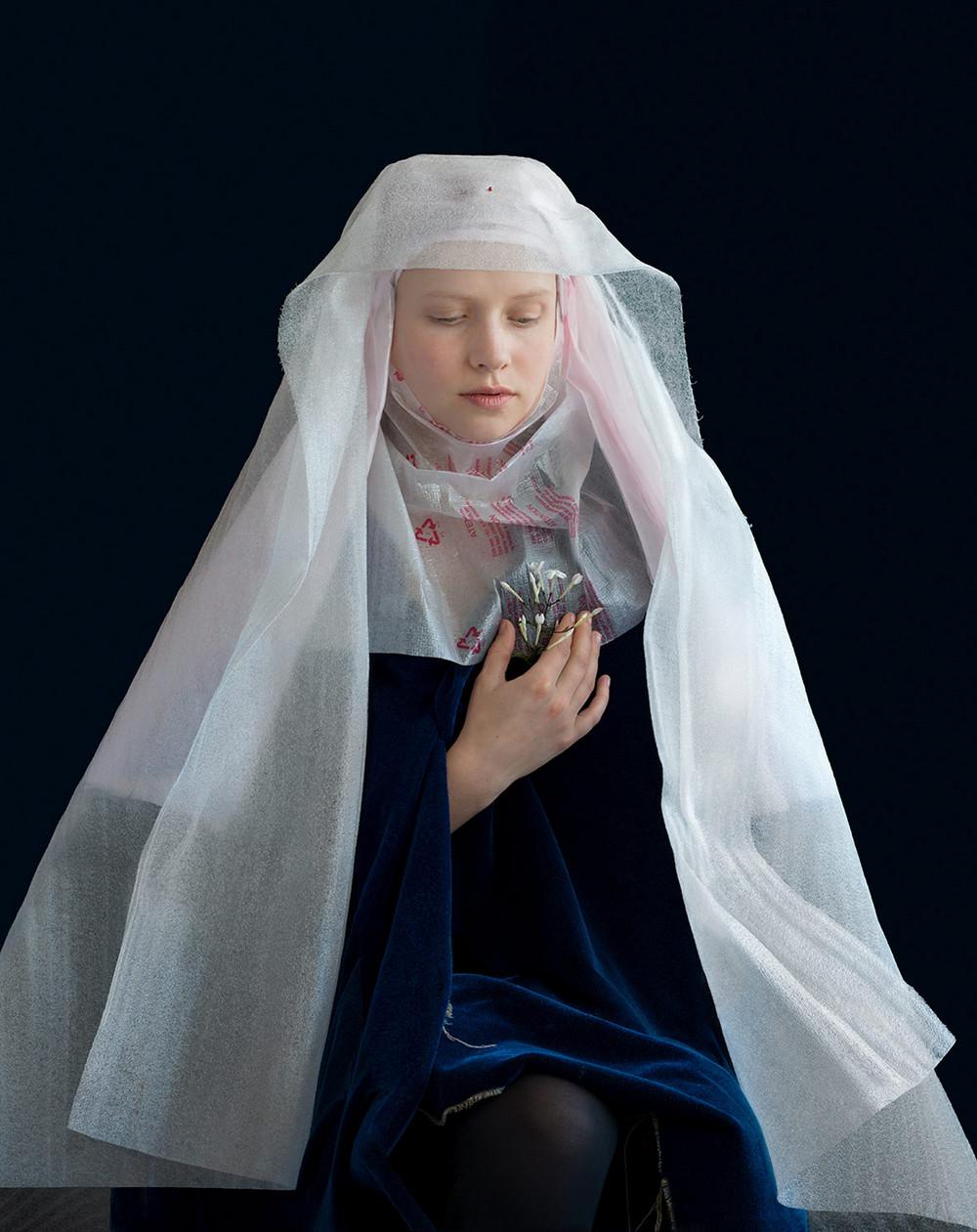 kostyumy-iz-vtorichnyh-materialov-portrety-Syuzanna-Yongmans 1