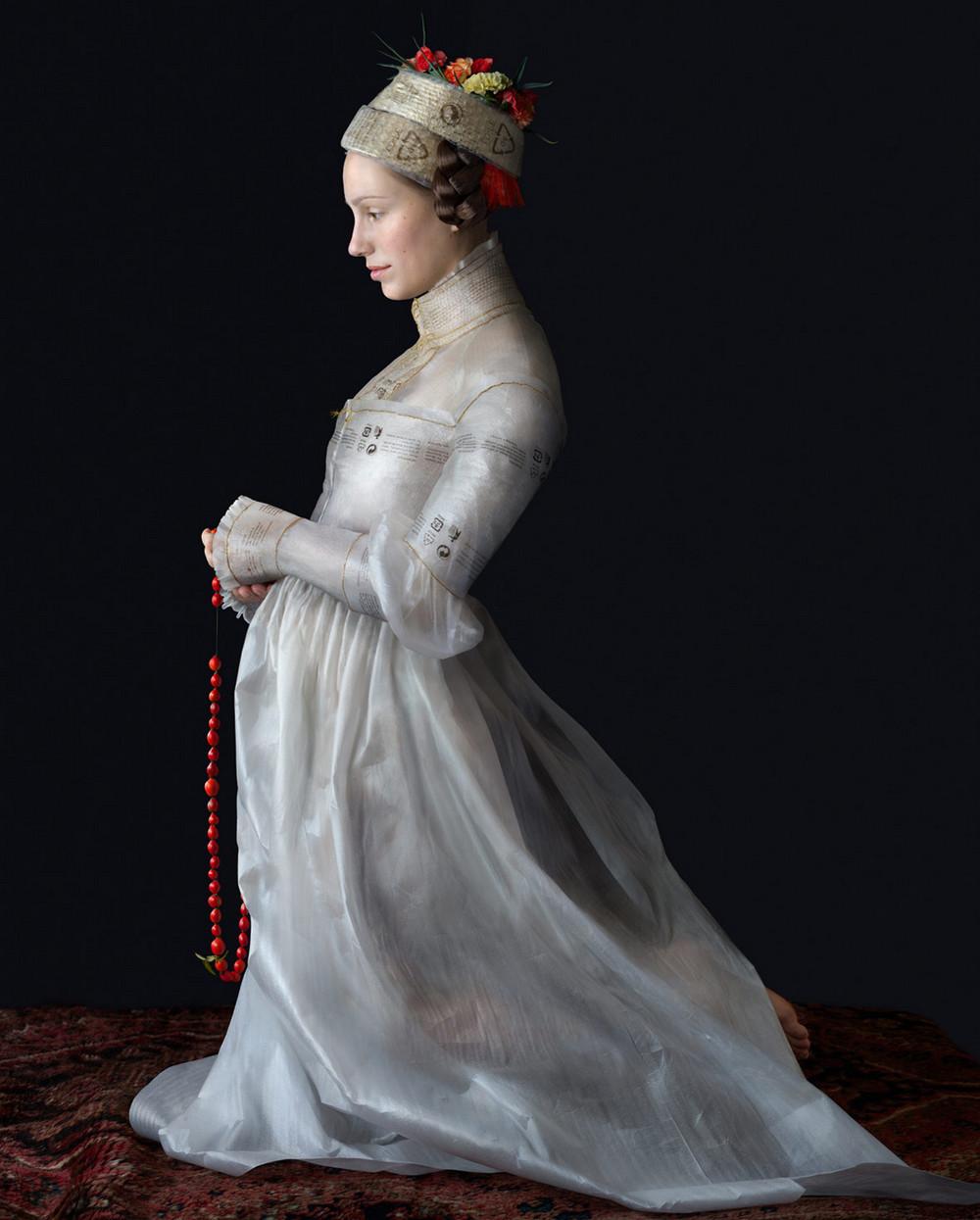 kostyumy-iz-vtorichnyh-materialov-portrety-Syuzanna-Yongmans 28