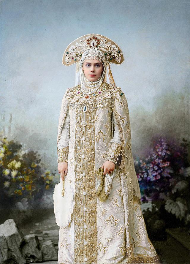 Великолепие костюмированного бала Романовых в раскрашенных фотографиях 1903 года 14