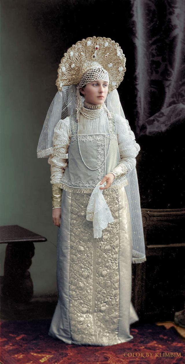 Великолепие костюмированного бала Романовых в раскрашенных фотографиях 1903 года 4
