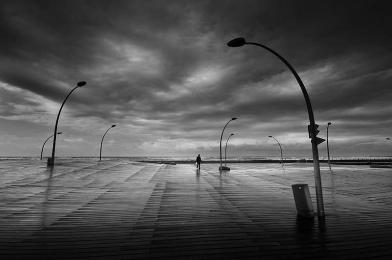 Свет, тени и силуэты: магия чёрно-белой уличной фотографии Гая Коэна 13