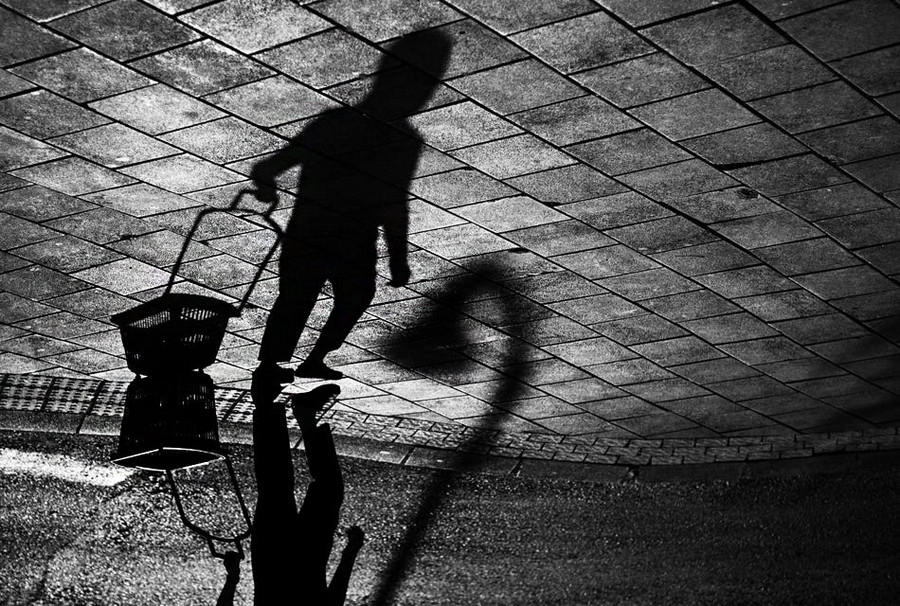Свет, тени и силуэты: магия чёрно-белой уличной фотографии Гая Коэна 18 1
