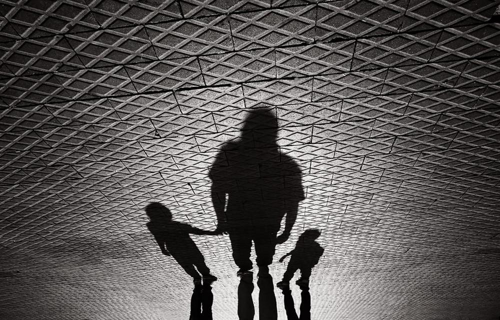 Свет, тени и силуэты: магия чёрно-белой уличной фотографии Гая Коэна 18 2