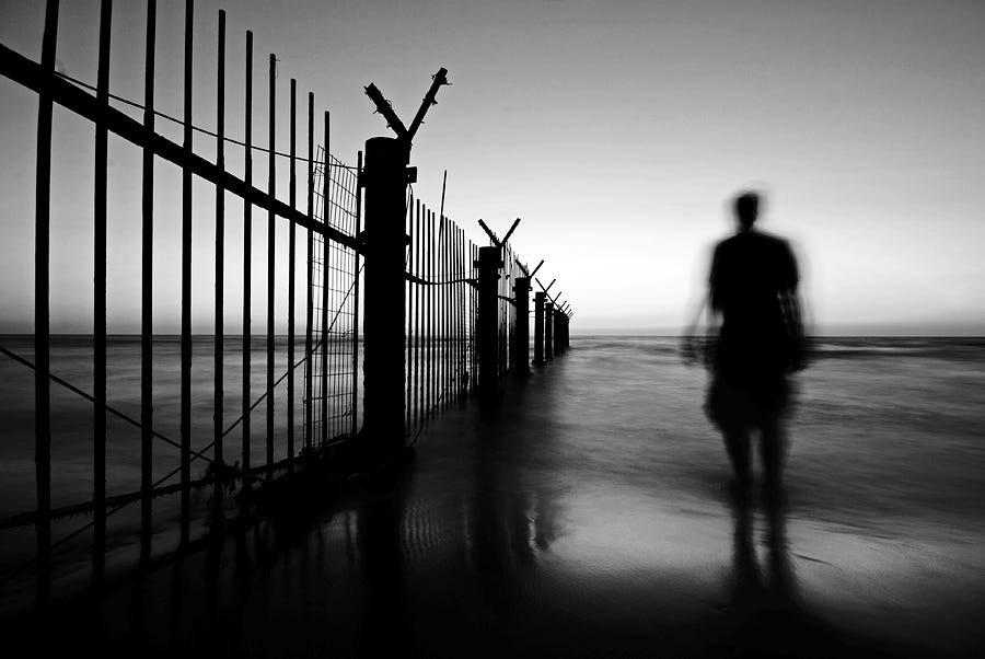 Свет, тени и силуэты: магия чёрно-белой уличной фотографии Гая Коэна 18