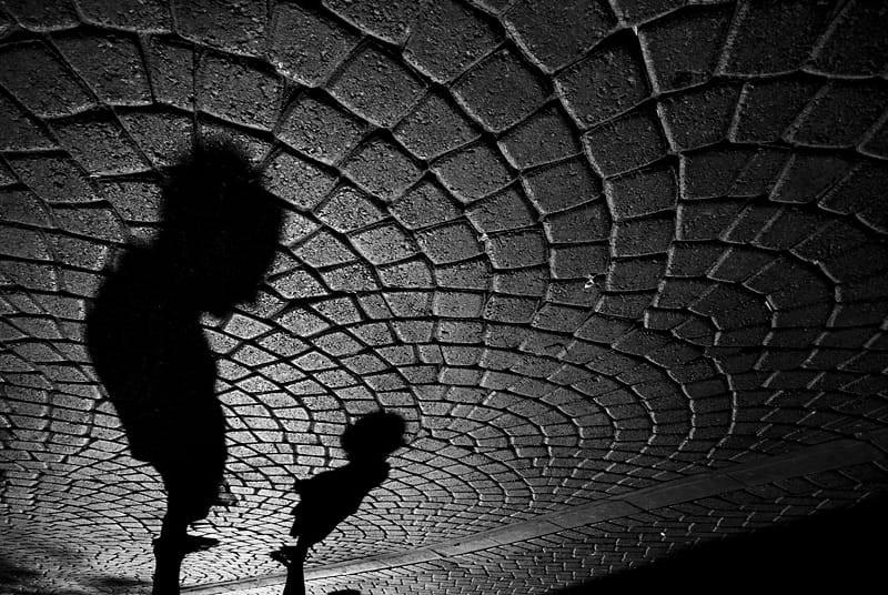 Свет, тени и силуэты: магия чёрно-белой уличной фотографии Гая Коэна 19