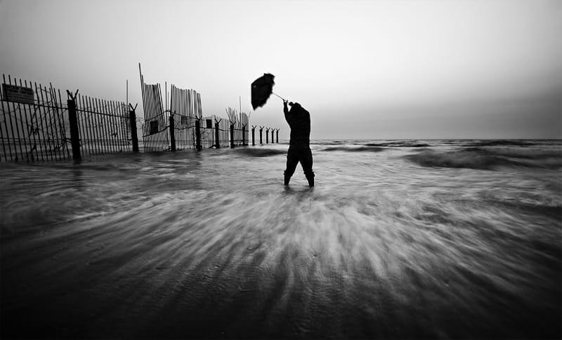 Свет, тени и силуэты: магия чёрно-белой уличной фотографии Гая Коэна 21 1