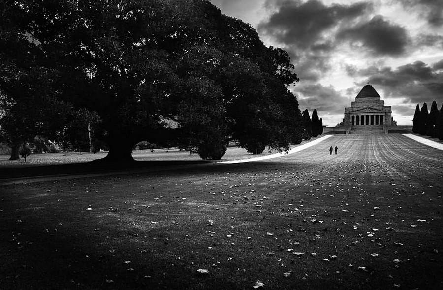 Свет, тени и силуэты: магия чёрно-белой уличной фотографии Гая Коэна 22