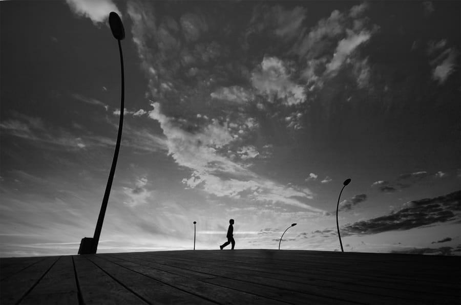 Свет, тени и силуэты: магия чёрно-белой уличной фотографии Гая Коэна 27