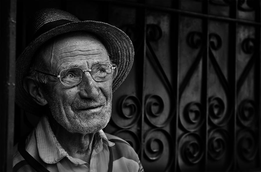 Свет, тени и силуэты: магия чёрно-белой уличной фотографии Гая Коэна 28
