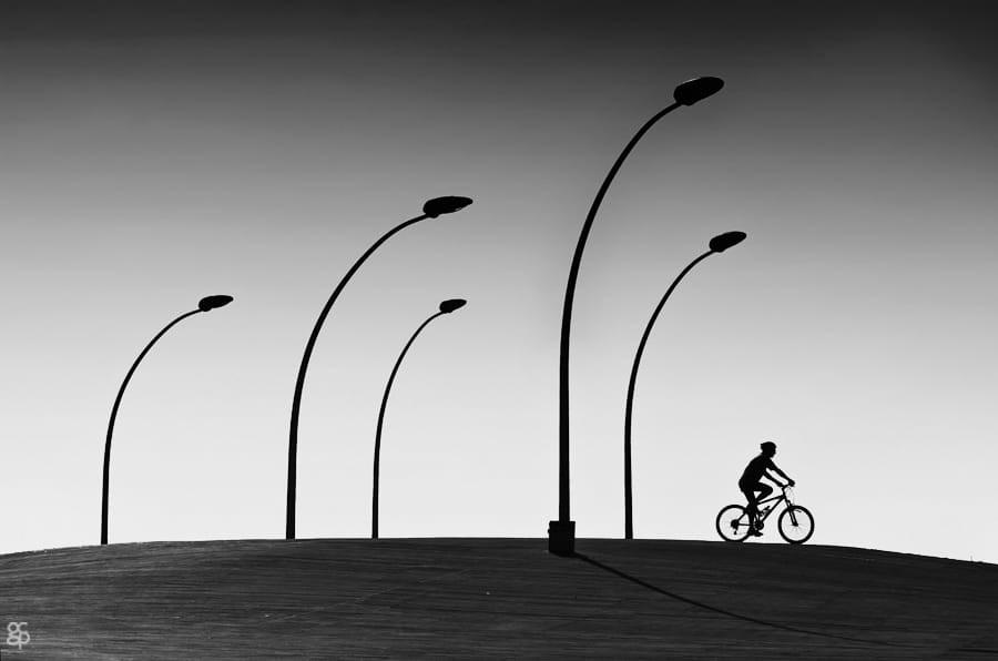 Свет, тени и силуэты: магия чёрно-белой уличной фотографии Гая Коэна 31