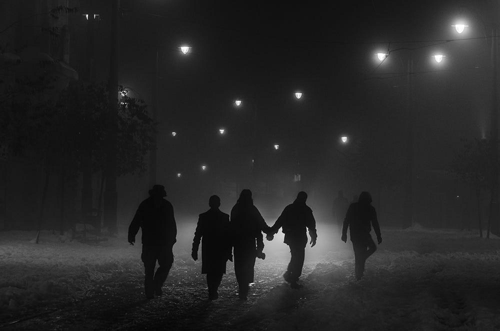 Свет, тени и силуэты: магия чёрно-белой уличной фотографии Гая Коэна 36