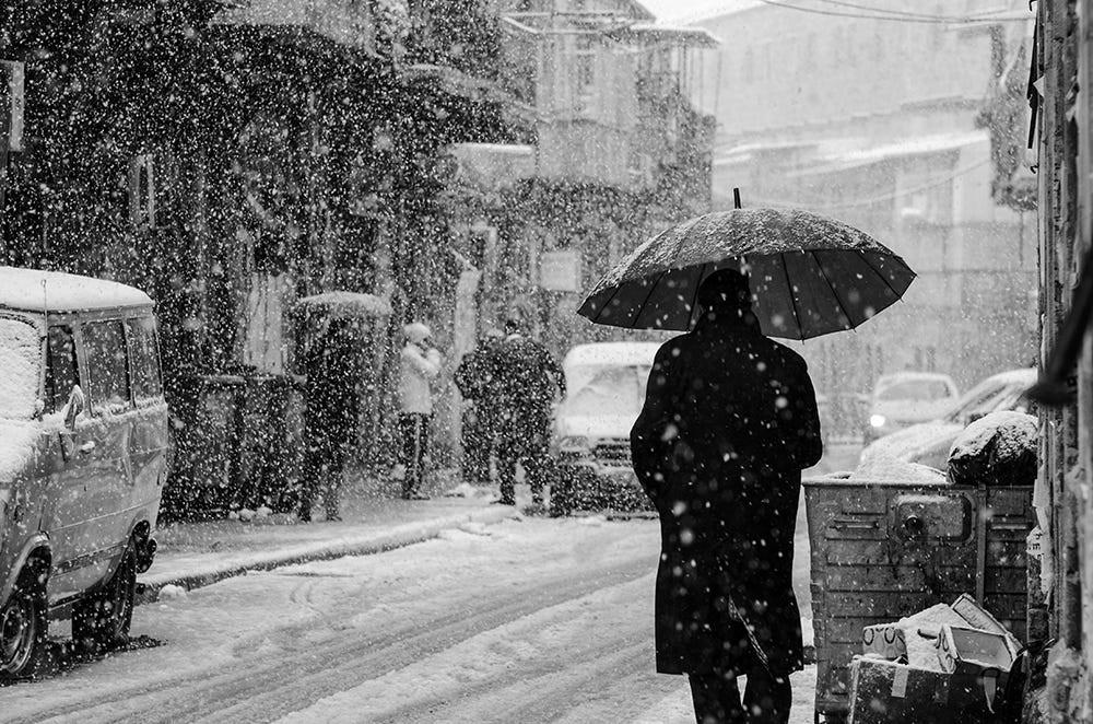 Свет, тени и силуэты: магия чёрно-белой уличной фотографии Гая Коэна 37