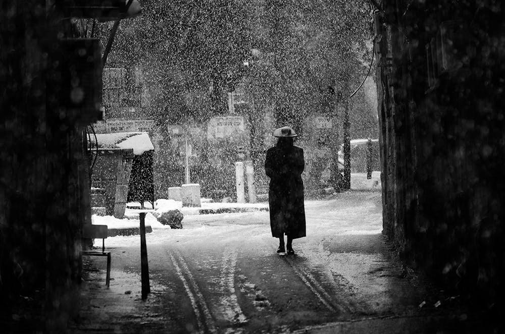 Свет, тени и силуэты: магия чёрно-белой уличной фотографии Гая Коэна 38