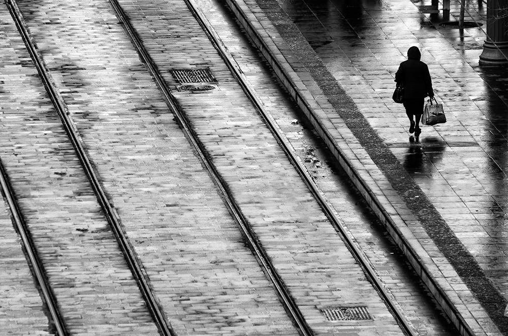 Свет, тени и силуэты: магия чёрно-белой уличной фотографии Гая Коэна 39