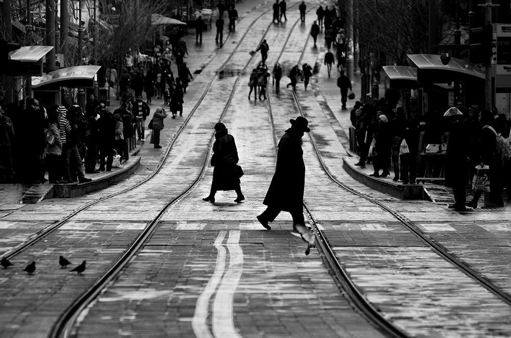 Свет, тени и силуэты: магия чёрно-белой уличной фотографии Гая Коэна 40