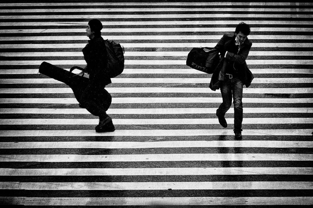 Свет, тени и силуэты: магия чёрно-белой уличной фотографии Гая Коэна 41 1
