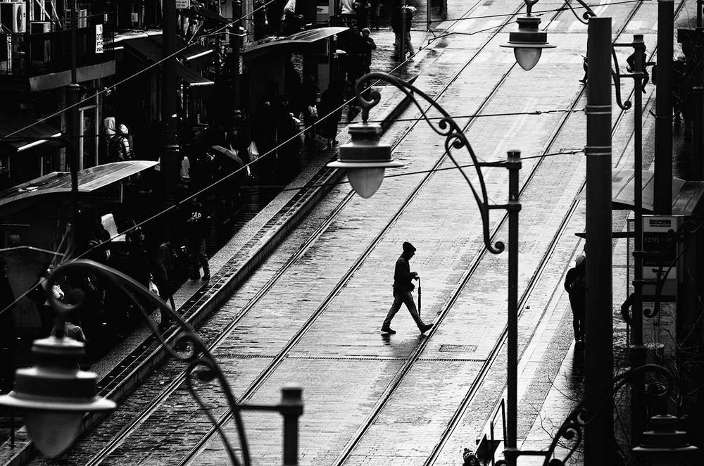 Свет, тени и силуэты: магия чёрно-белой уличной фотографии Гая Коэна 41