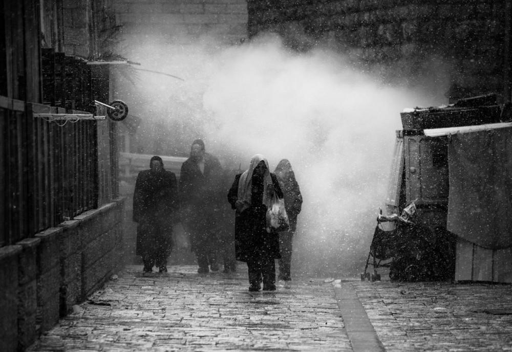 Свет, тени и силуэты: магия чёрно-белой уличной фотографии Гая Коэна 5