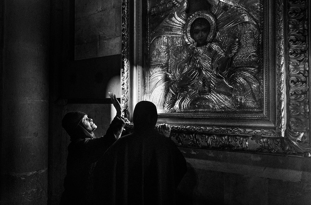 Свет, тени и силуэты: магия чёрно-белой уличной фотографии Гая Коэна 57