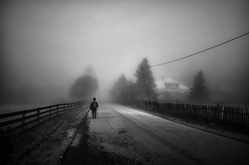 Свет, тени и силуэты: магия чёрно-белой уличной фотографии Гая Коэна 59