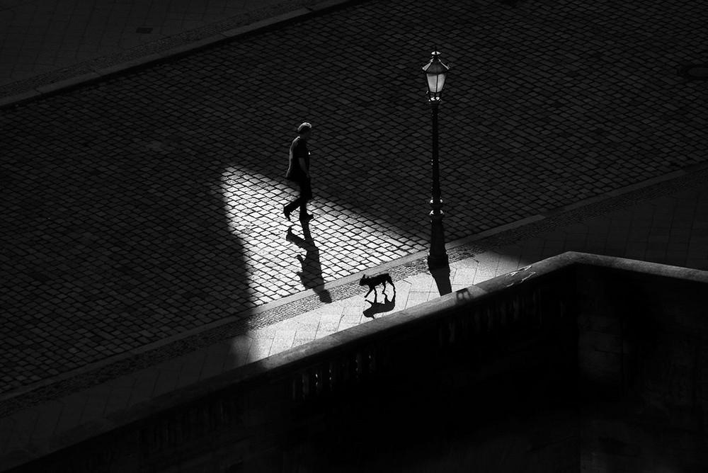 Свет, тени и силуэты: магия чёрно-белой уличной фотографии Гая Коэна 6