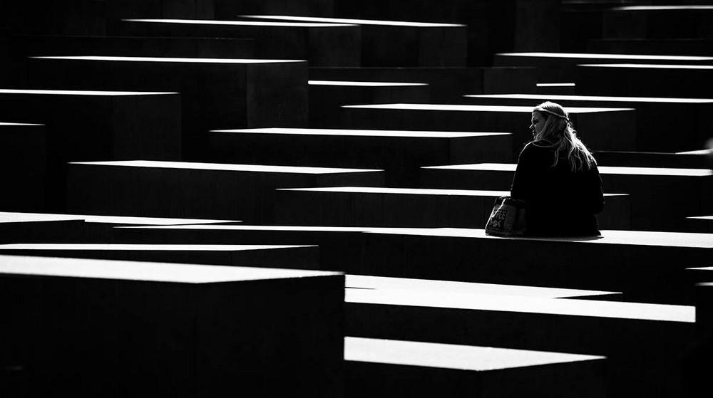 Свет, тени и силуэты: магия чёрно-белой уличной фотографии Гая Коэна 7