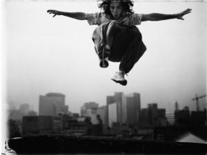 Фрираннинг в драматических черно-белых фотографиях Томаша Гудзовати (Tomasz Gudzowaty)