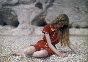 Лирические и безмятежные фотографии девушки на пляже за год до Первой мировой войны