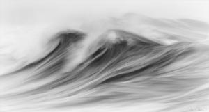 Чёрно-белые фотографии разбивающихся волн, которые похожи на картины импрессионистов