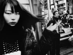 Чёрно-белые фотографии уличной турбулентности в Токио