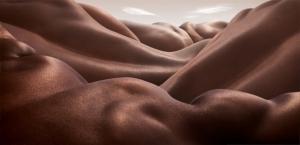 Пустынные пейзажи с обнажёнными телами в фотографиях Карла Уорнера