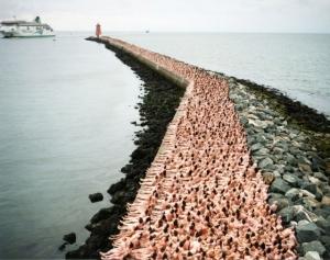 Фотограф Спенсер Туник организует флешмобы обнажённых людей для своих фото-инсталляций