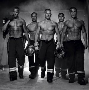 Горячие французские пожарные обнажились для календаря