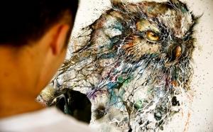Художник создает потрясающие портреты совы из хаотичных брызг красок